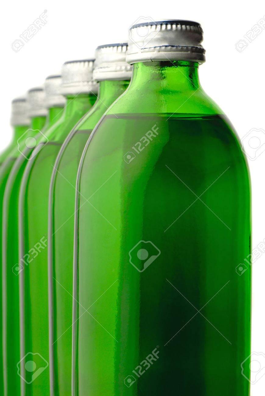 O Couleur Vert Bouteille Avec De L'eau Minérale Isolée Banque D