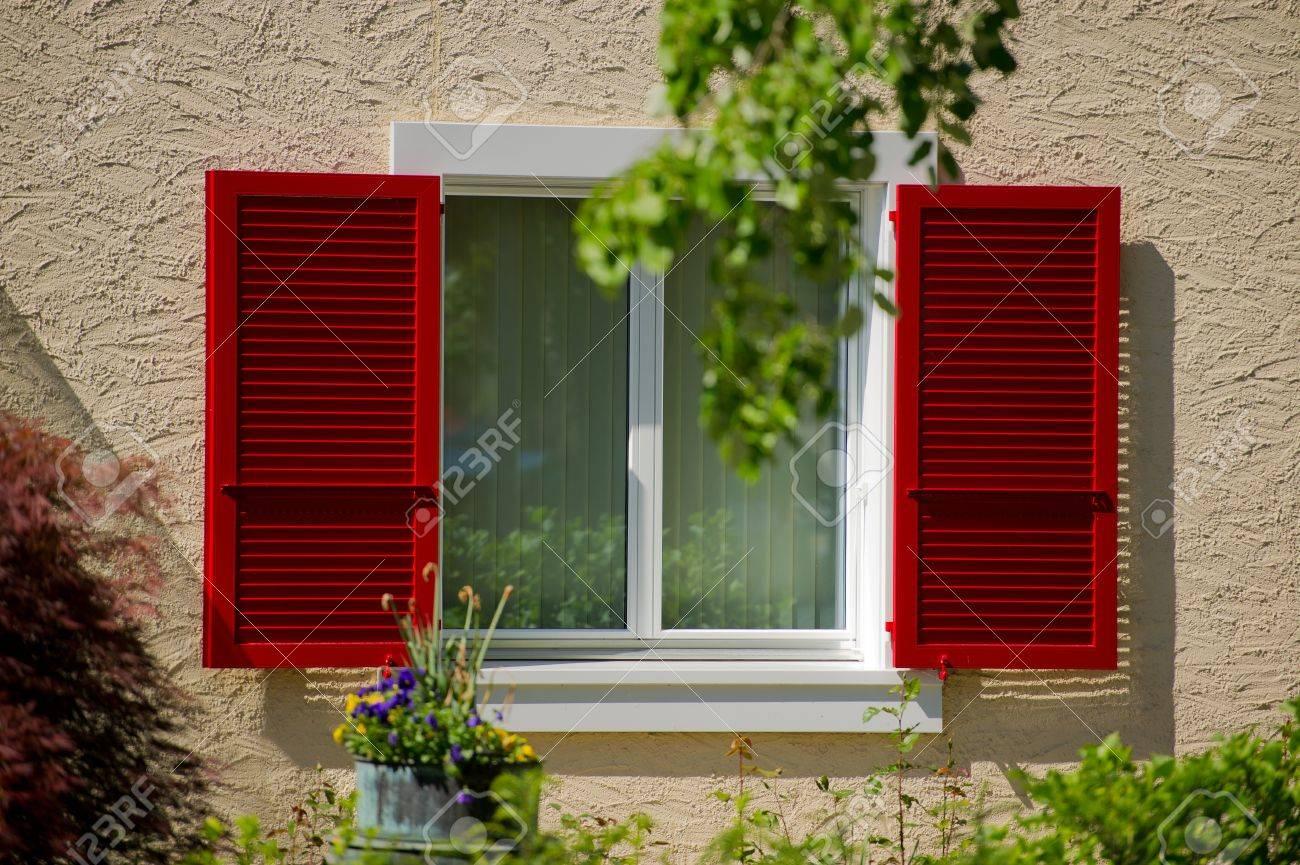 Ouvert Store Pare Soleil De Couleur Rouge Et La Fenêtre De La Maison