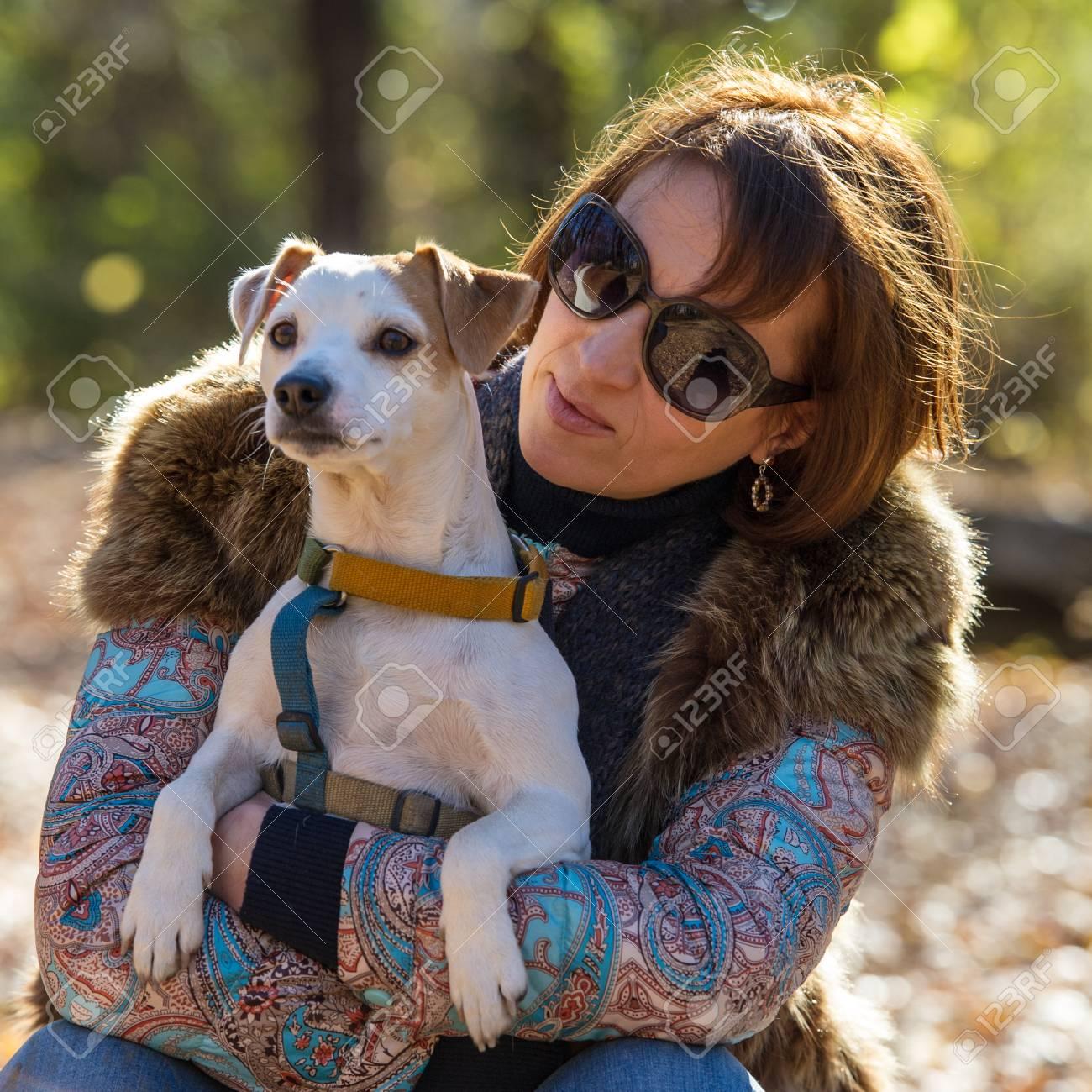 vakantie 40 jaar Portret Van Een Vrouw Met Een Hond Op Vakantie In Het Herfstpark  vakantie 40 jaar