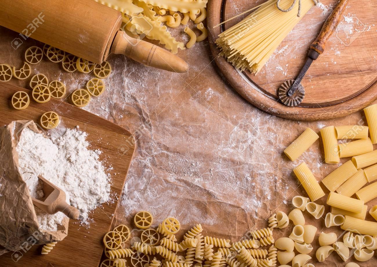 Assortimento Di Pasta Secca Su Un Tavolo Da Cucina Con Farina E ...