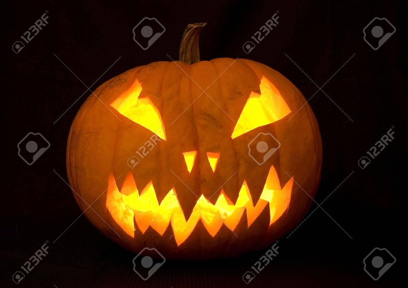 Halloween Deko Ein Geschnitzter Kurbis Mit Vielen Kerzen Beleuchtet Lizenzfreie Fotos Bilder Und Stock Fotografie Image 4969642