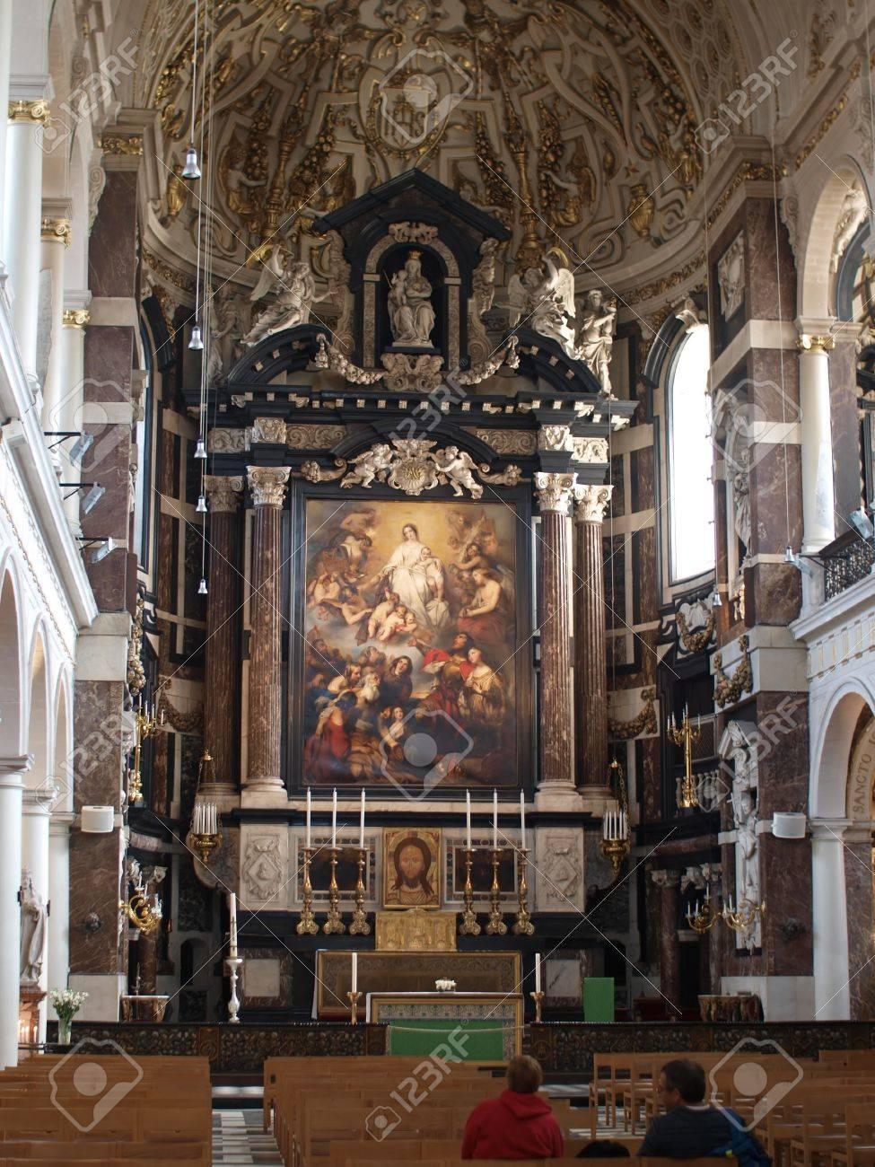 Interieur Van De Barokke Kerk Van Sint Carol Borromeuskerk In ...