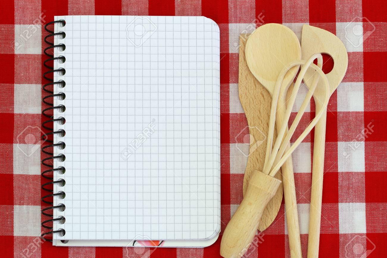 foto de archivo porttiles y de cocina de madera utensilios en rojo y blanco mantel a cuadros