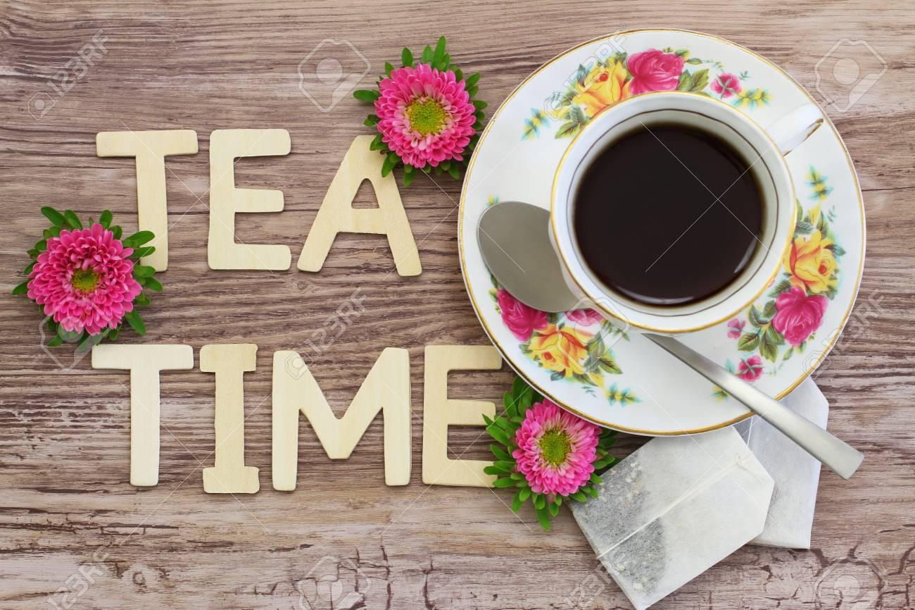 teezeit geschrieben mit buchstaben aus holz in vintage tasse tee