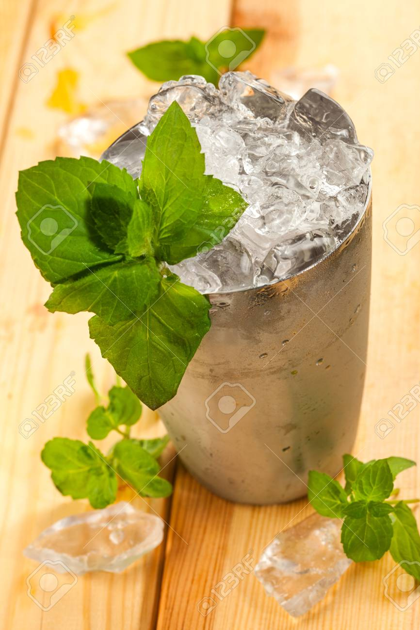 Drink whiskey ginger and ice Stock Photo - 16864208