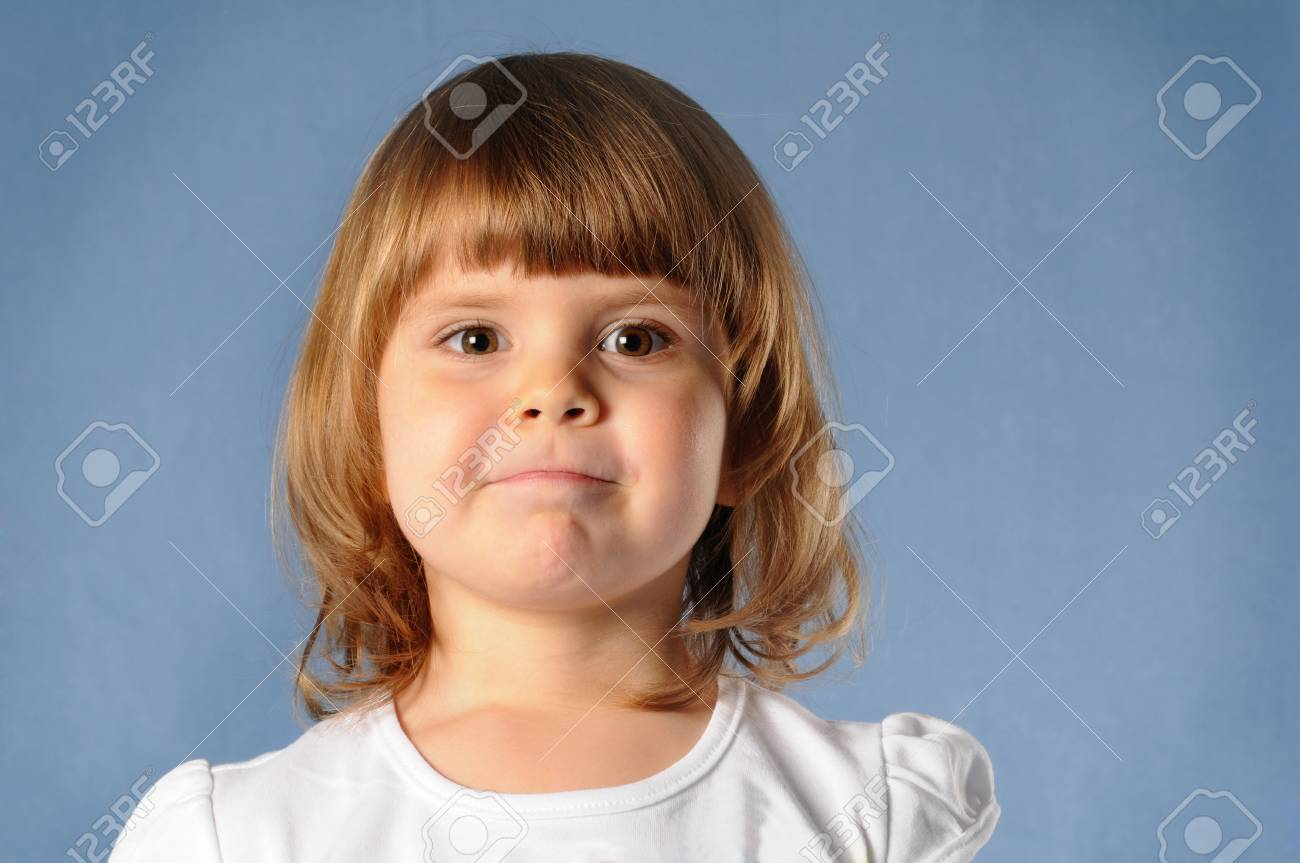 1f60bcf7b5 Foto de archivo - Primer retrato de blanco dos años de muchacha mirando  directamente a la cámara y haciendo muecas. Ella es rubia y desgaste  camiseta blanca ...