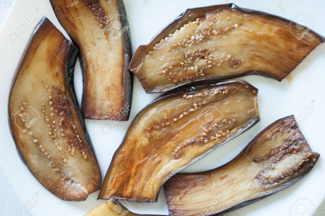 Melanzana affettata sulla piastra bianca vista dall\'alto alla cucina  nazionale