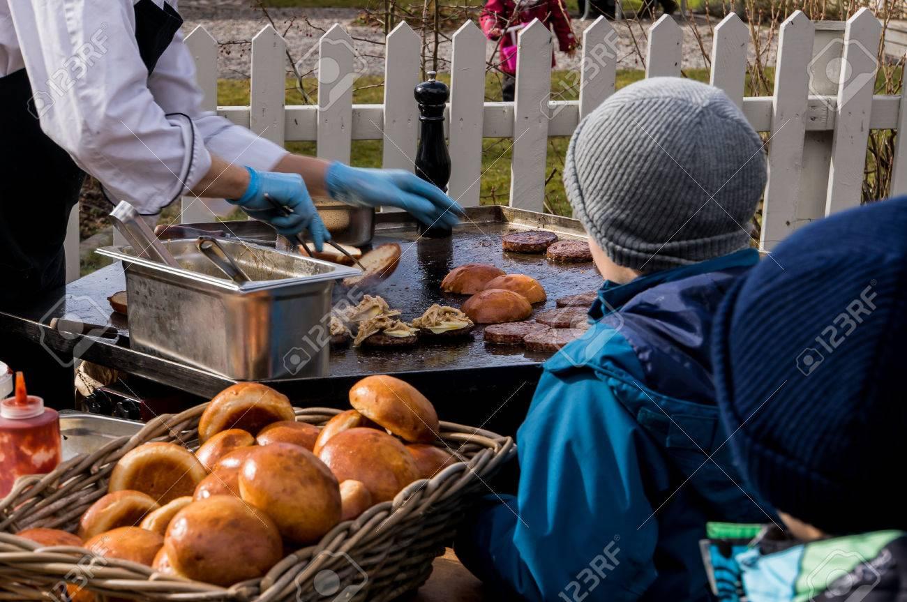 Outdoorküche Zubehör Hamburg : Chef kochen auf seine outdoor küche hamburger brutzeln auf einer