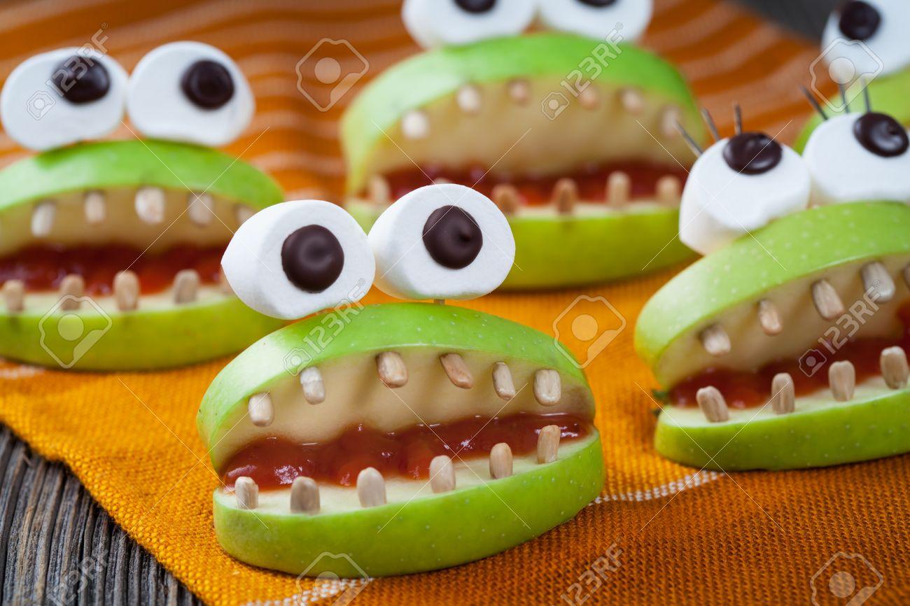 Selbst Gemachte Halloween Gruselig Lebensmittel Monster Naturliche Vegetarische Snack Celebration Party Dekoration Rezept Netter Apfel Mund Mit Den Augen Und Sonnenblumenkernen Zahn Auf Vintage Holztisch Hintergrund Lizenzfreie Fotos Bilder Und