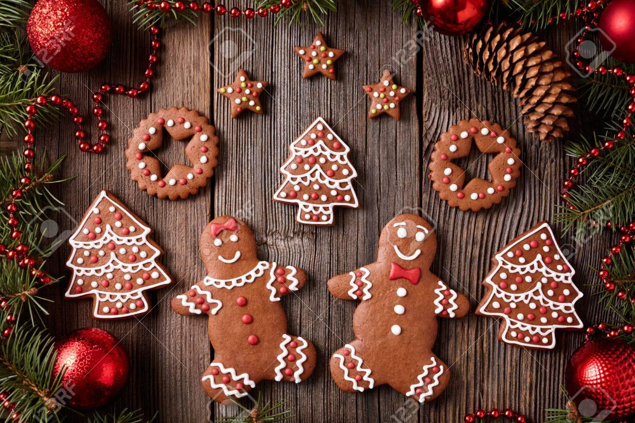 Sapin De Noel Decoration Traditionnelle gingerbread man and woman, sapin, étoiles, composition de biscuits de noël  avec décoration d'arbre de noël sur fond de table en bois vintage. recette