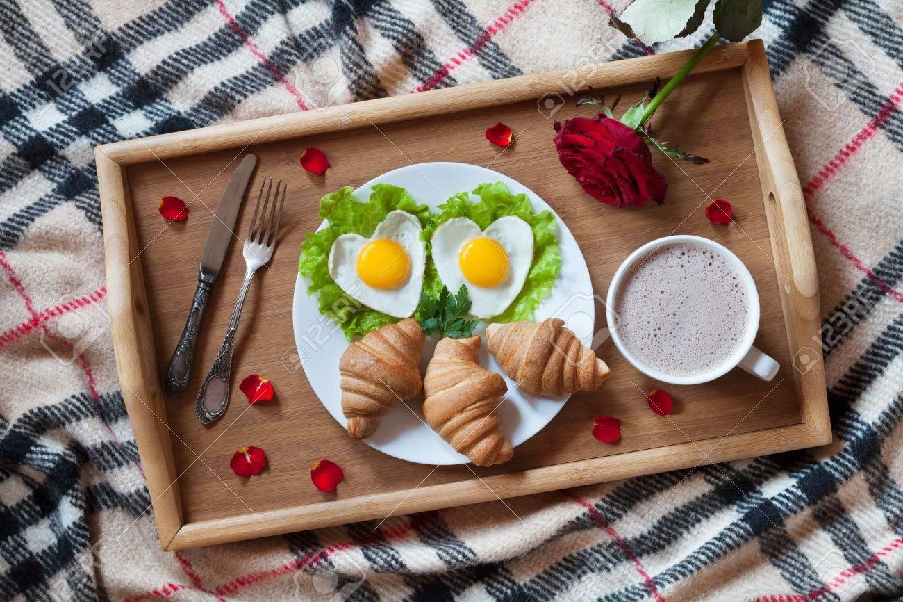Camere Da Letto Romantiche Con Petali Di Rosa : Romantica colazione a letto con le uova a forma di cuore su insalata