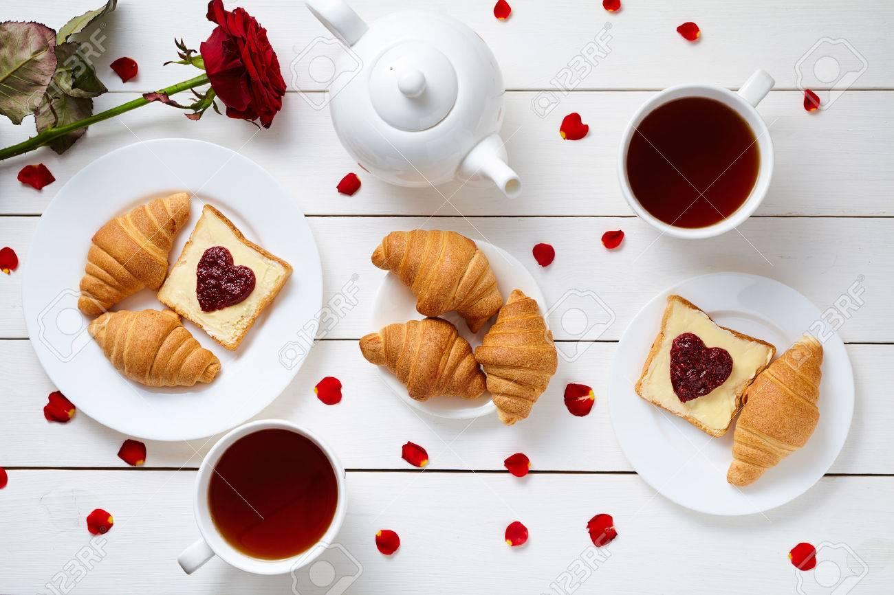 Dimanche 14 février 52193060-petit-d%C3%A9jeuner-pour-un-couple-sur-la-saint-valentin-avec-des-toasts-en-forme-de-coeur-de-la-confiture-