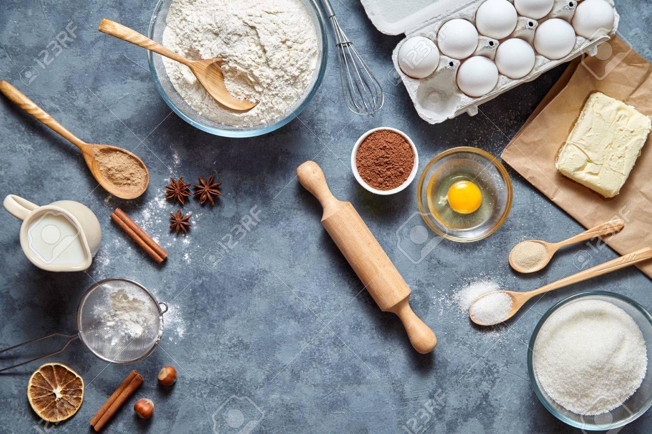 Het Proces Cake In De Keuken Bakken Deeg Recept Ingredienten Eieren Meel Melk Boter Suiker Op Tafel Van Bovenaf Bak Het Zoete Concept Van Het Cakedessert Bovenaanzicht Royalty Vrije Foto Plaatjes Beelden