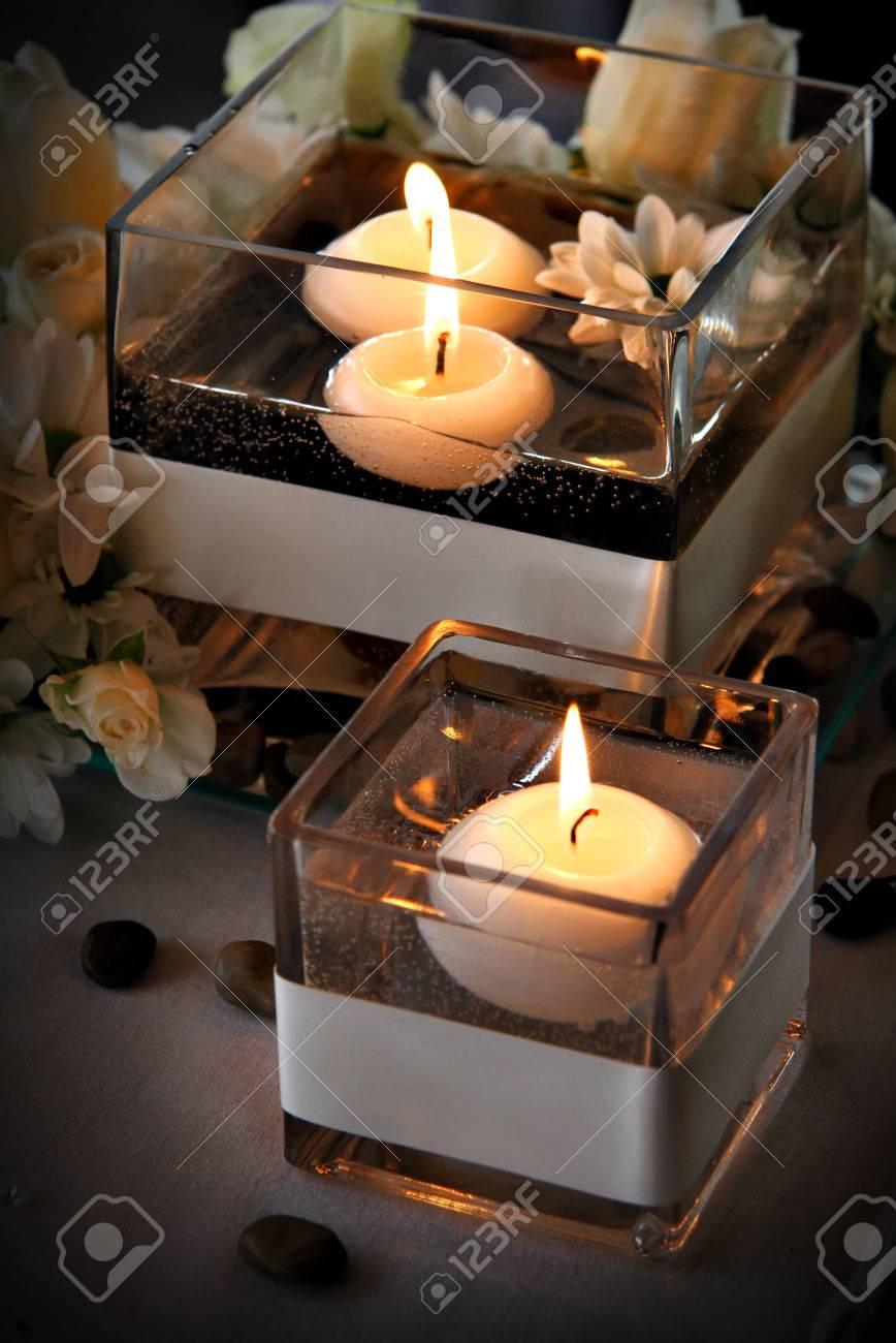 velas flotantes en el agua foto de archivo
