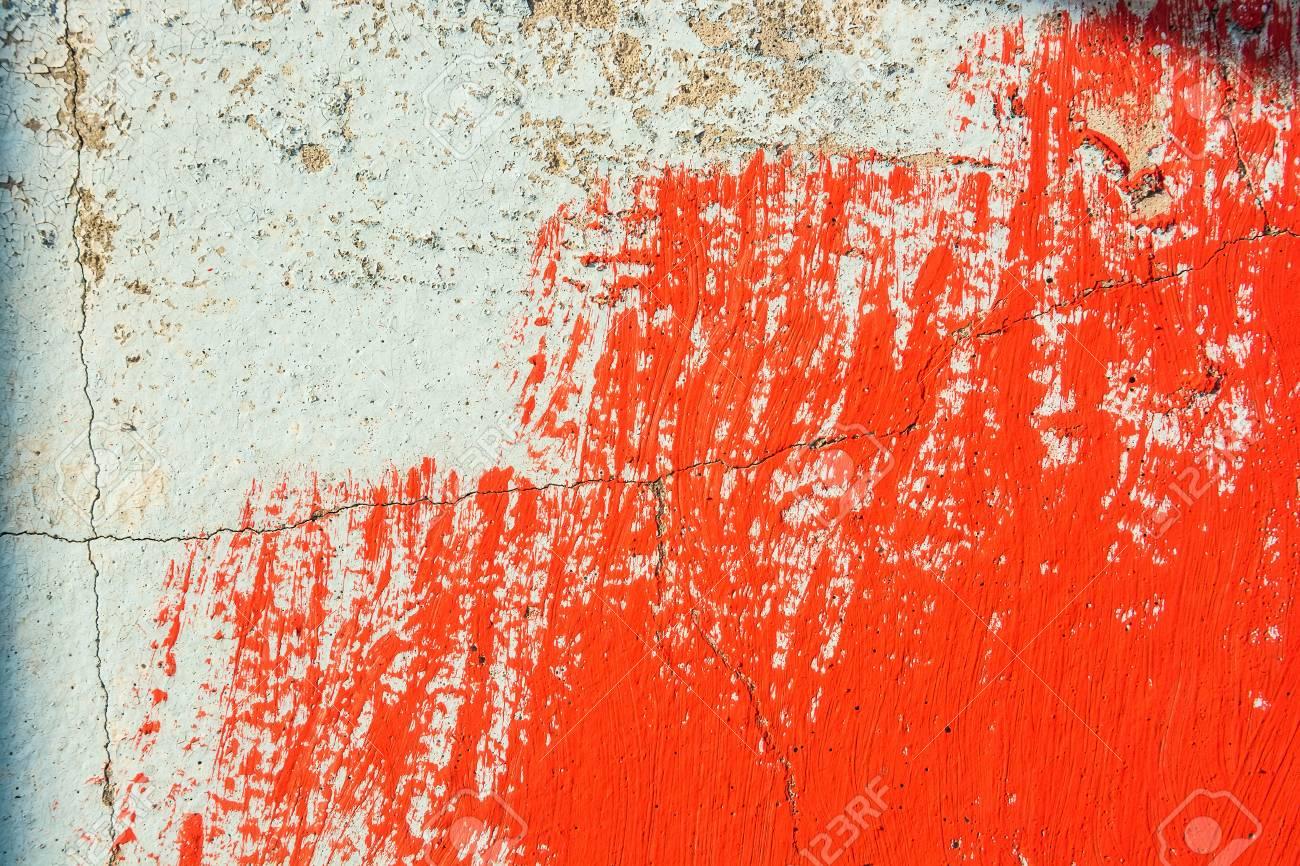Vieux Mur De Plâtre En Partie Recouvert De Peinture Rouge Banque D