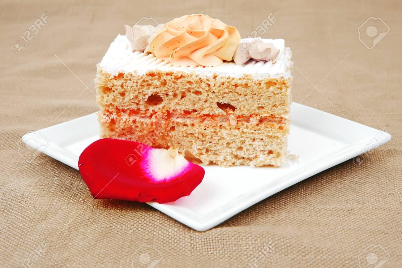 Susse Speisen Kase Sahne Torte Stuck Auf Weissem Teller Mit Rosen