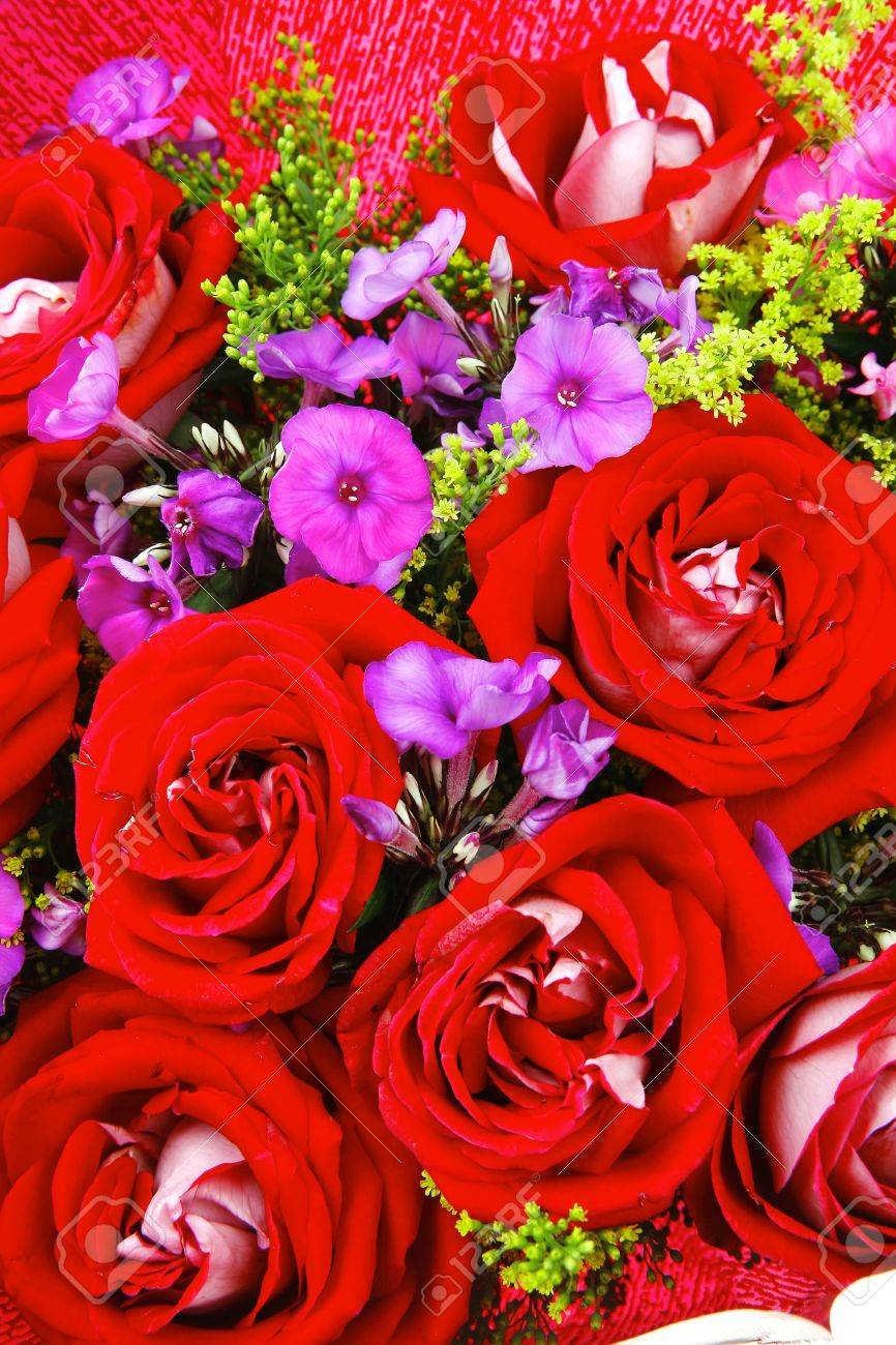 Grande Mazzo Di Fiori.Flowers Big Bouquet Of Rose And Pansy Flowers With Green Grass