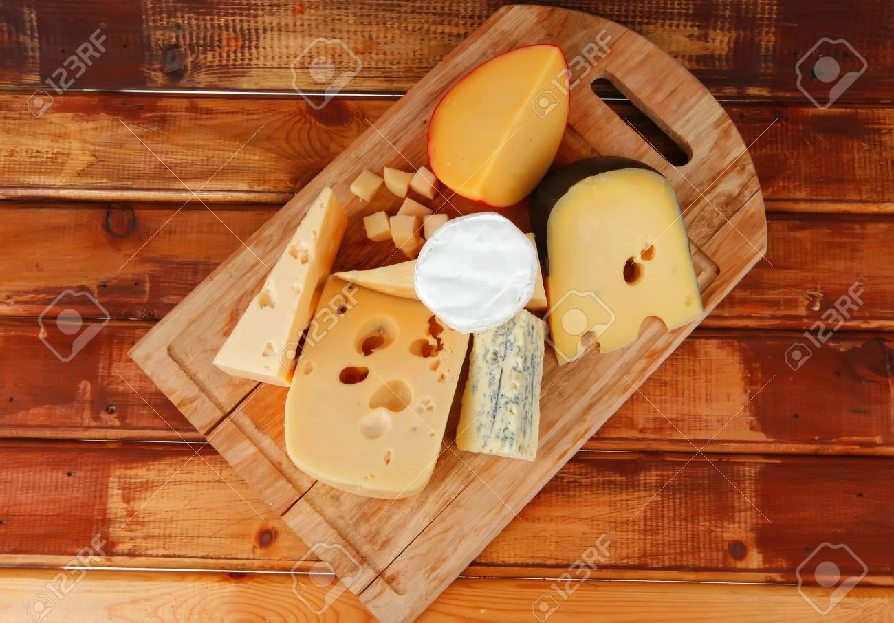 Differents Fromages Servis Sur Planche A Decouper Traitement De Bois