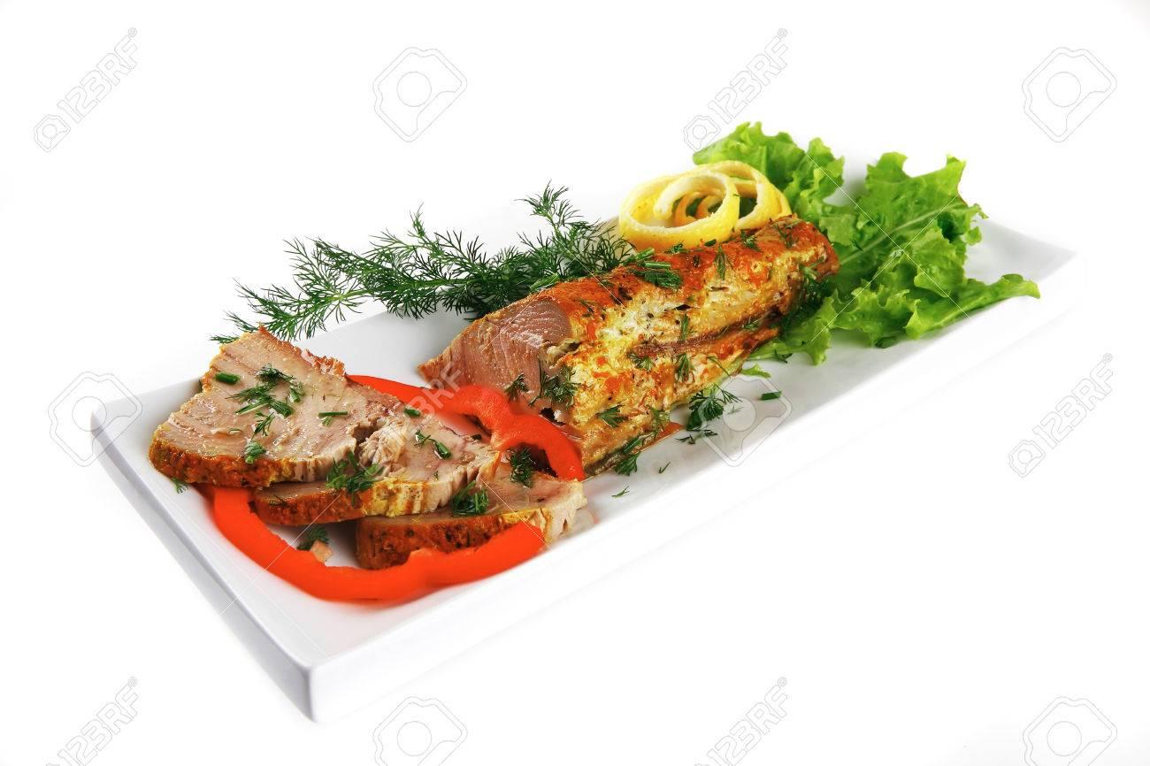 Gezonde maaltijd gegrilde zee tonijn met citroen en groenten op
