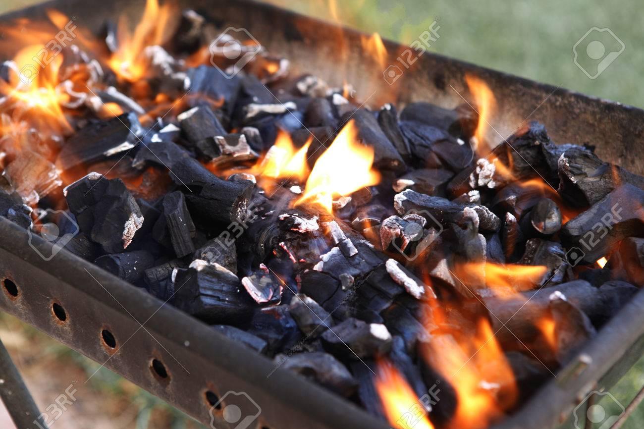 Noir Brûlé Charbon Barbecue Grille Feu Naturel Comme Arrière