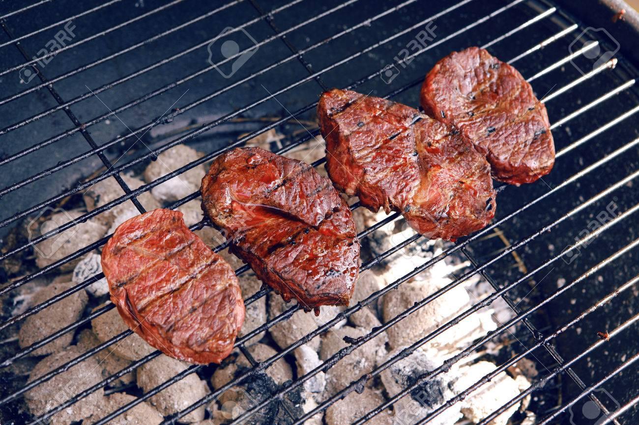 première boeuf steak viande fraîche rouge sur grand rond barbecue
