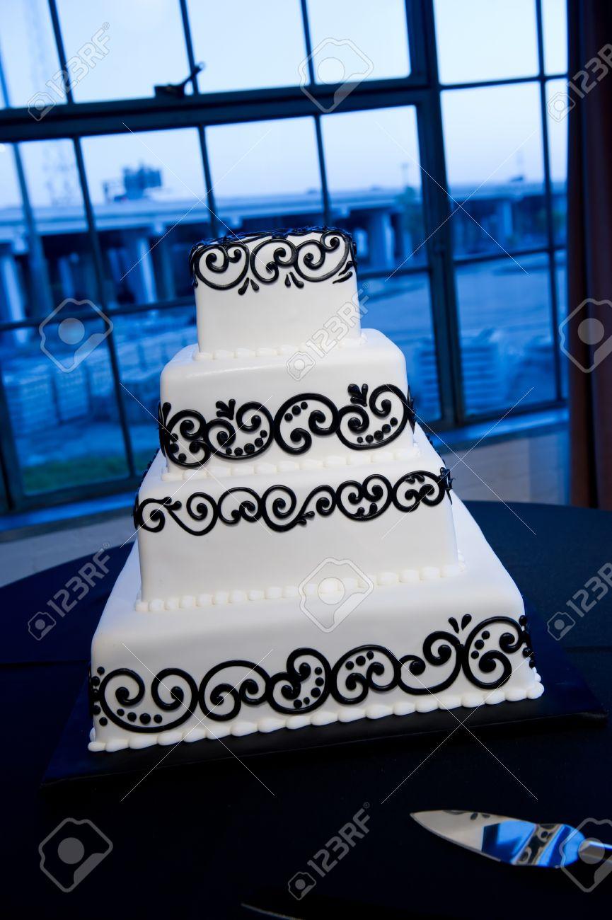 Bild Von Einem Schonen Schwarz Weiss Hochzeitstorte Lizenzfreie Fotos