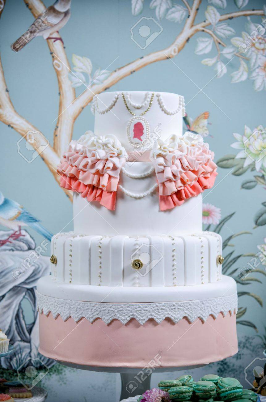 Image of a beautifully decorated wedding cake Stock Photo - 13493940