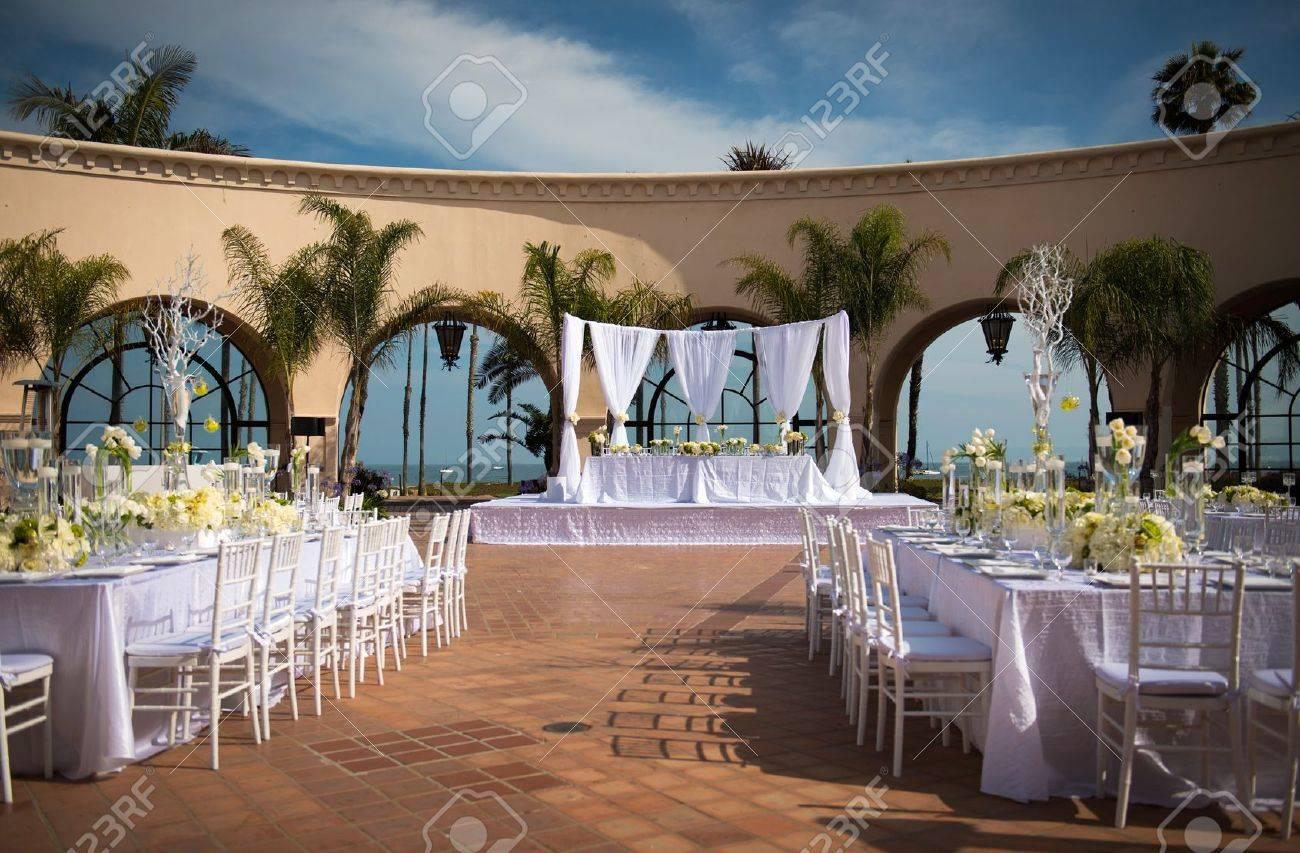 En Vackert Dekorerad Utomhus Bröllop Plats Royalty-Fria Stockfoton ...