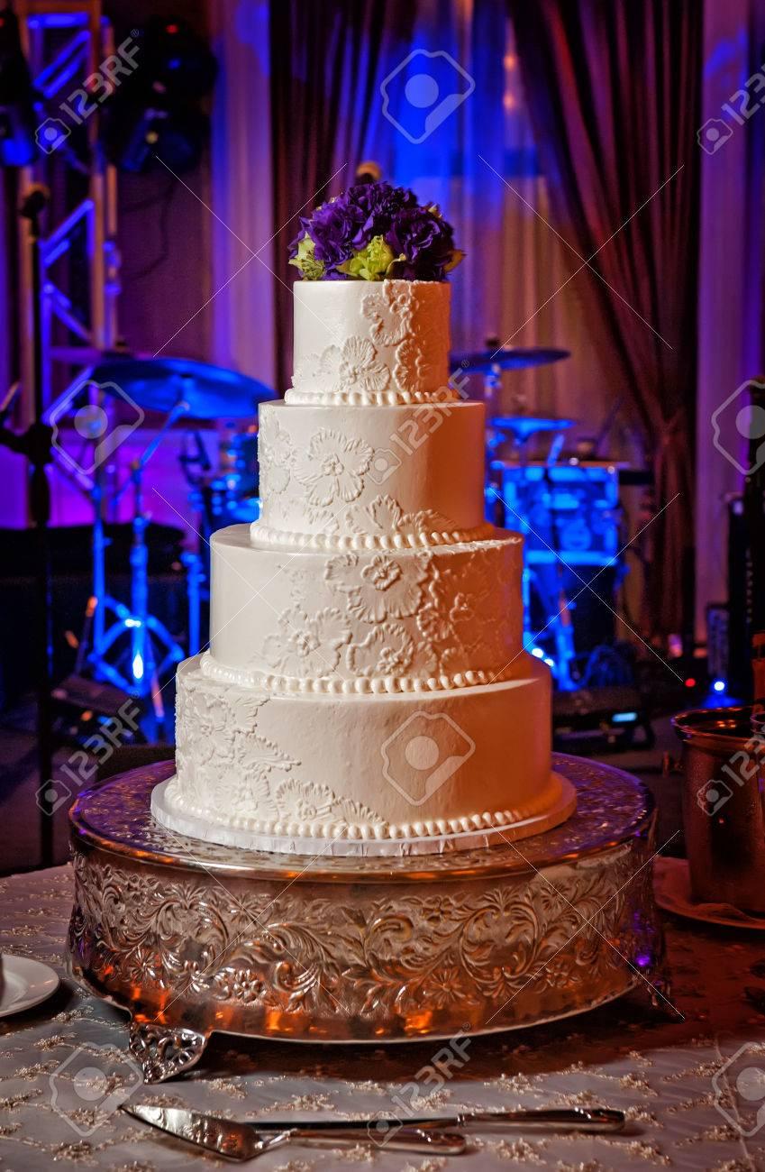 Bild Eines Eleganten Creme Hochzeitstorte Mit Lila Bluten Topper