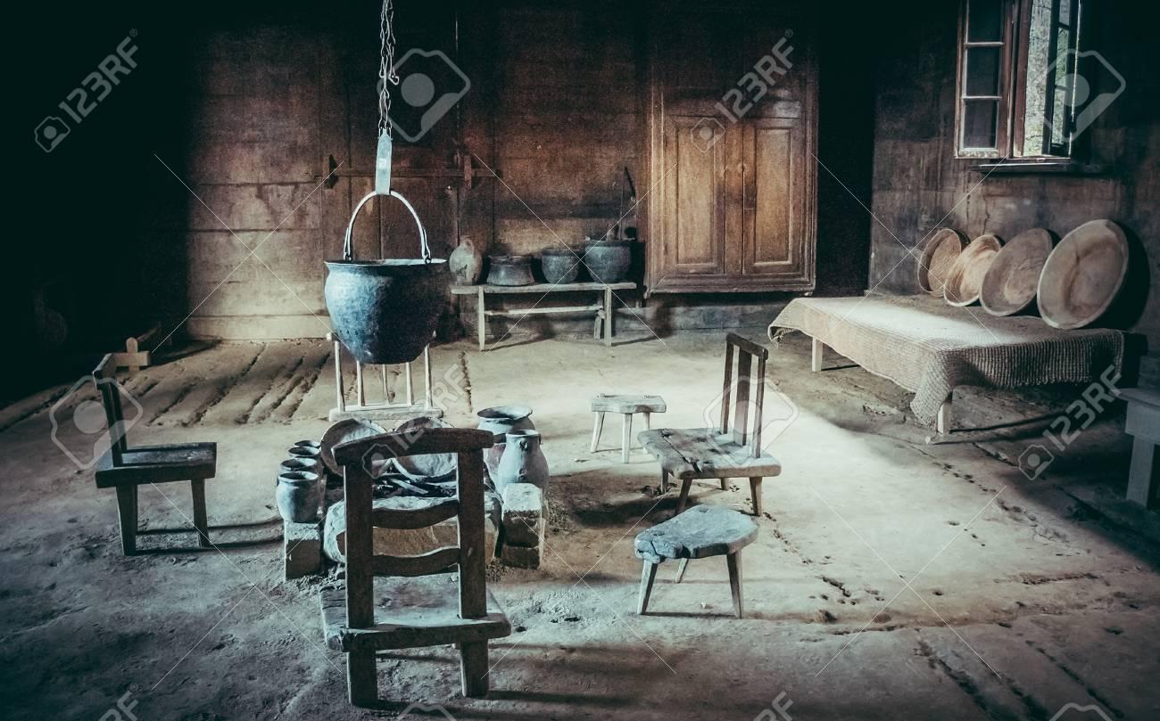 Binnenland van een traditionele keukenruimte in oud huis in georgië