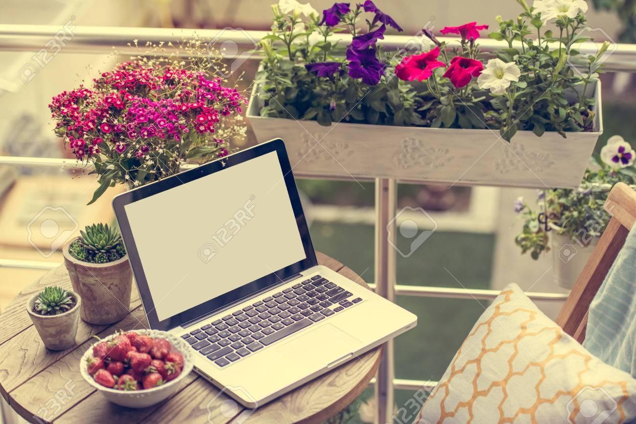 Hermosa Terraza O Balcón Con Una Pequeña Mesa Una Silla Y Flores Imagen Entonada