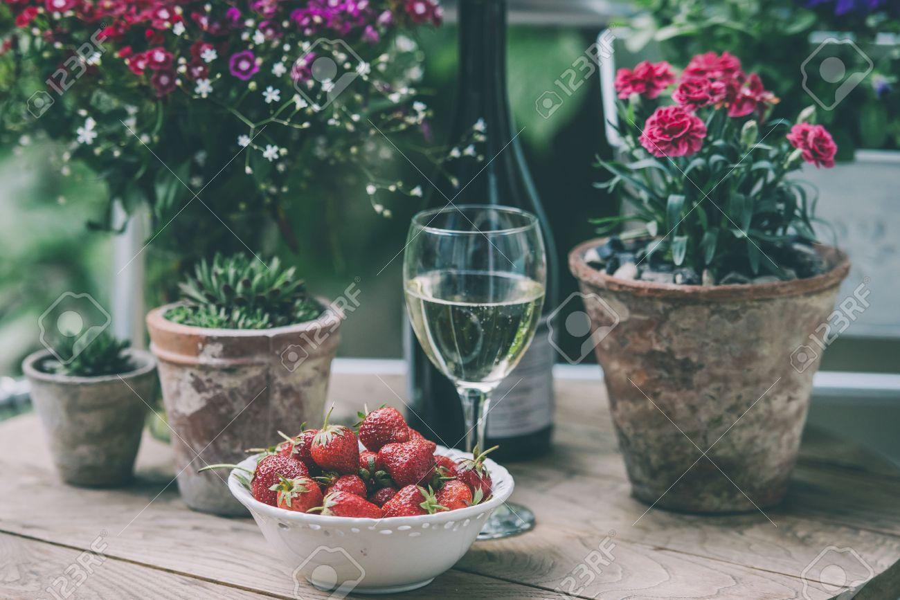 Erdbeere Ein Glas Wein Und Blumen Auf Kleinen Holztisch Auf Schonen