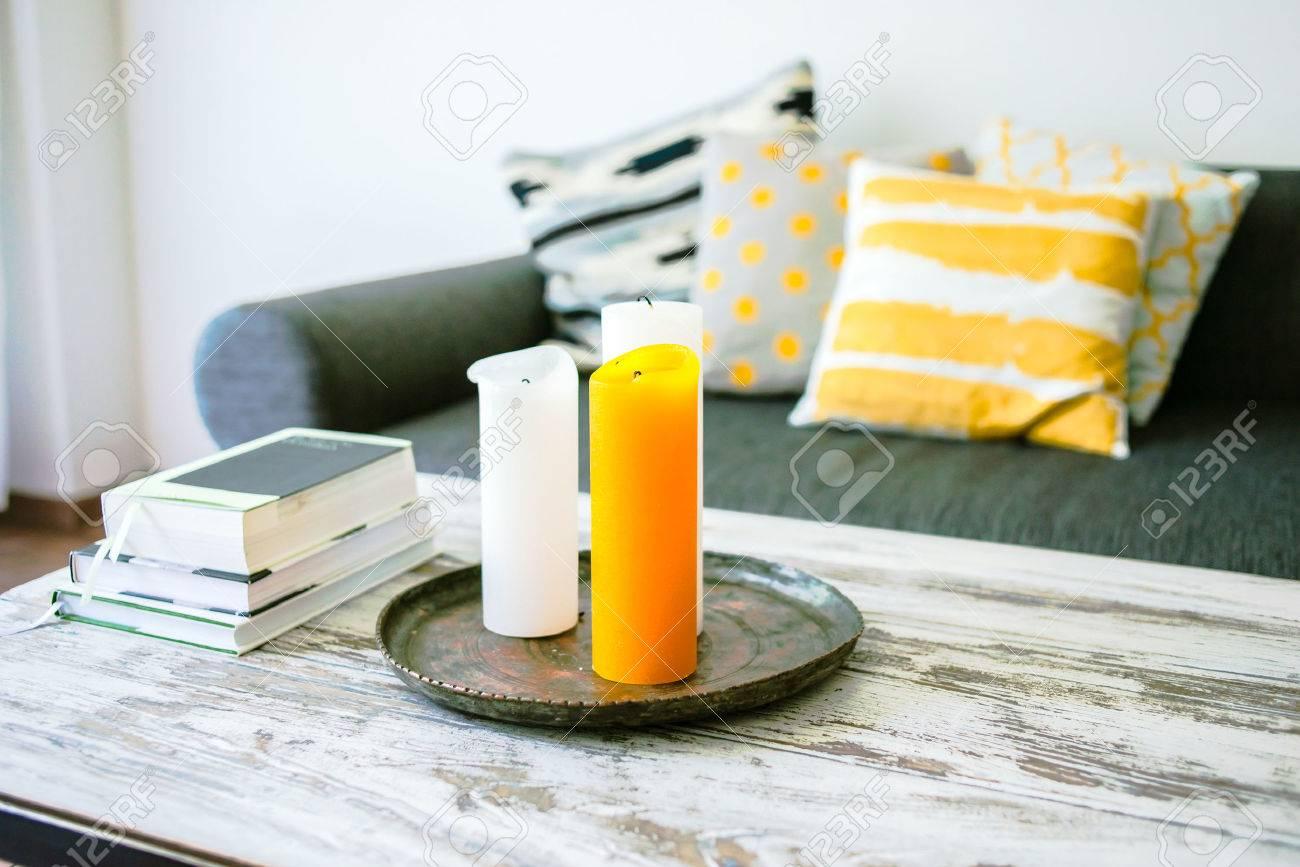 Moderno Tavolino In Legno E Comodo Divano Con Cuscini. Soggiorno ...