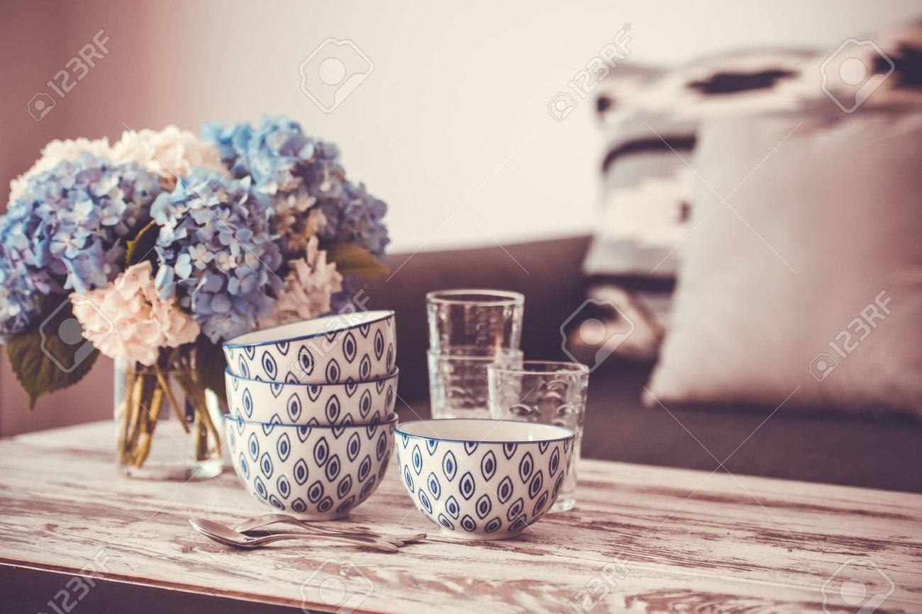 Boeket hortensia bloemen en glas kommen op moderne houten ...