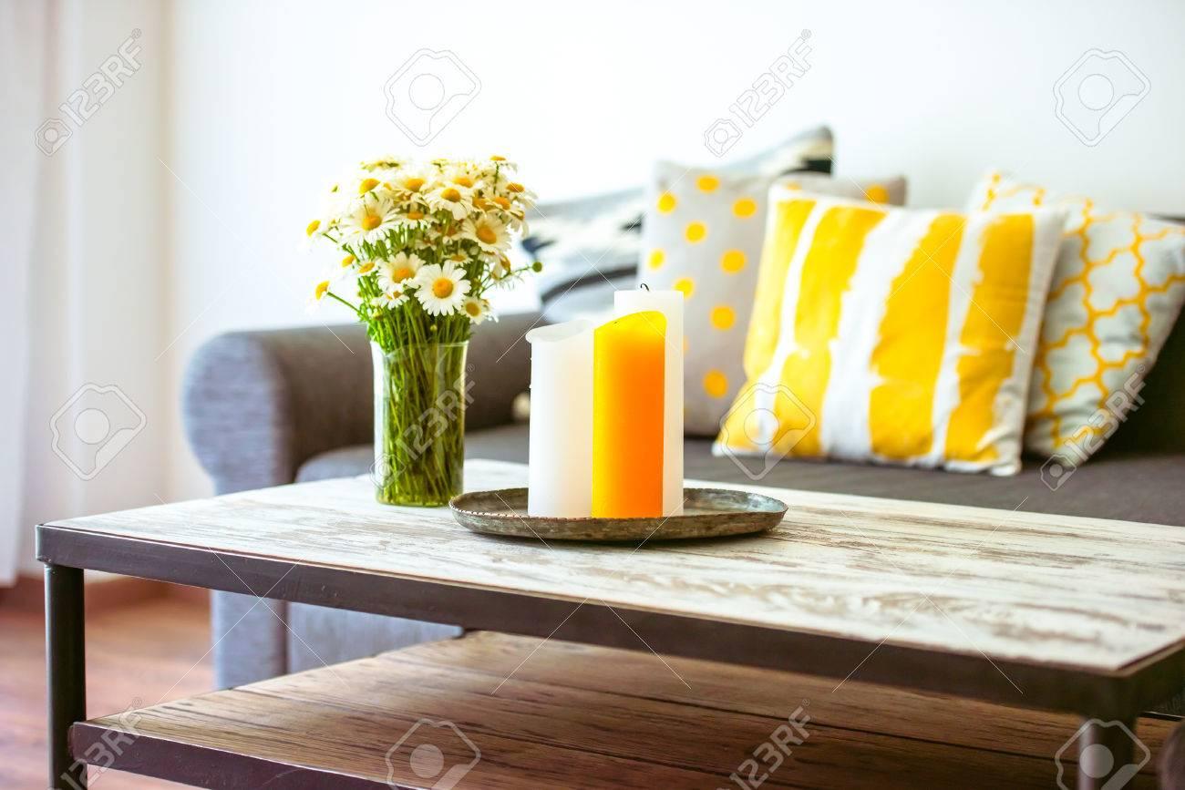 Moderne houten salontafel en gezellige bank met kussens. woonkamer ...