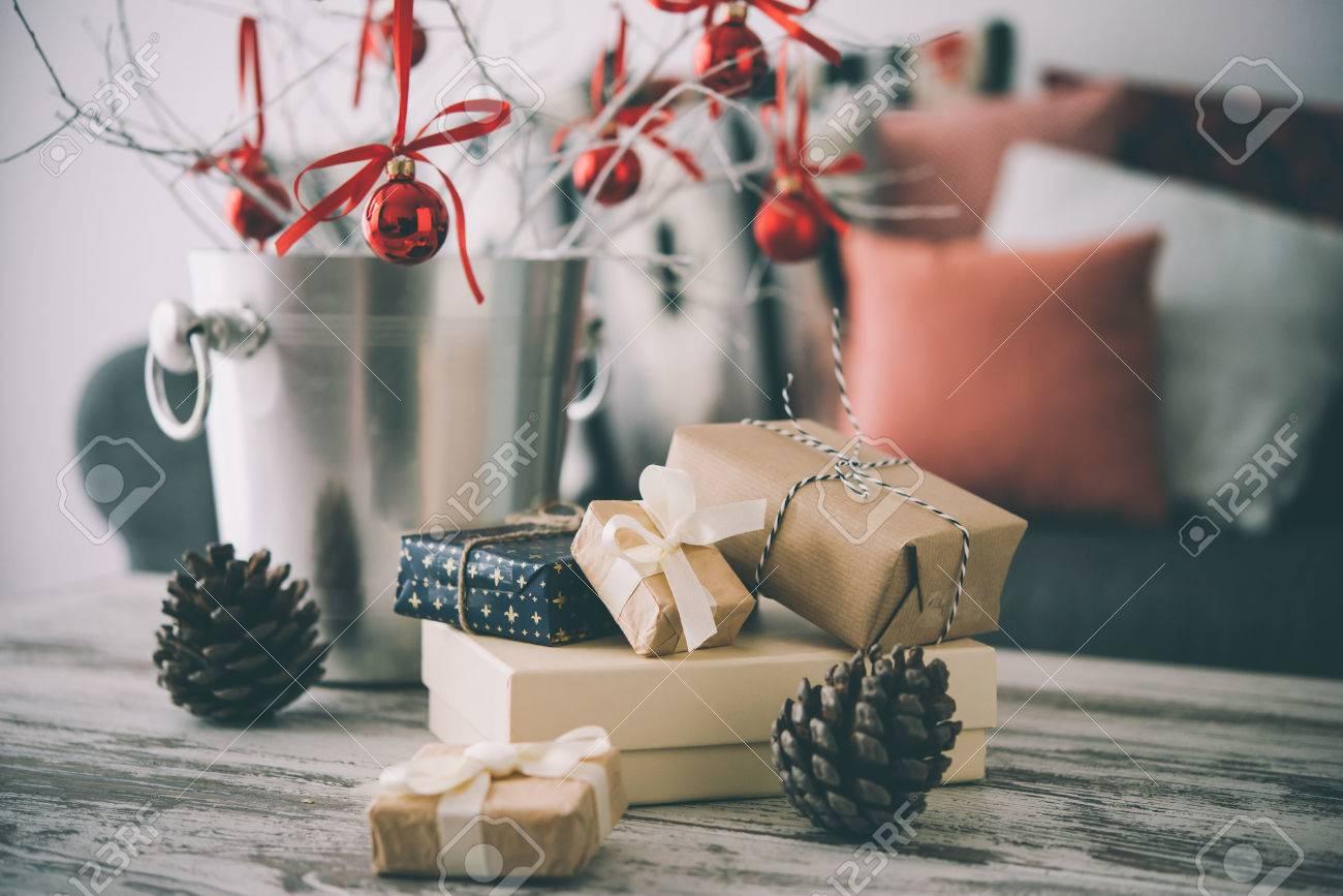 Jul eller nyår dekoration på modern trä soffbord. mysig soffa med ...