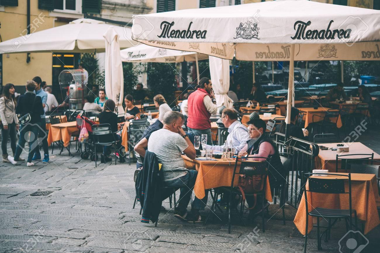 La Terrasse D Italie gÊnes, italie - 8 octobre 2015: les gens sont assis à la terrasse d