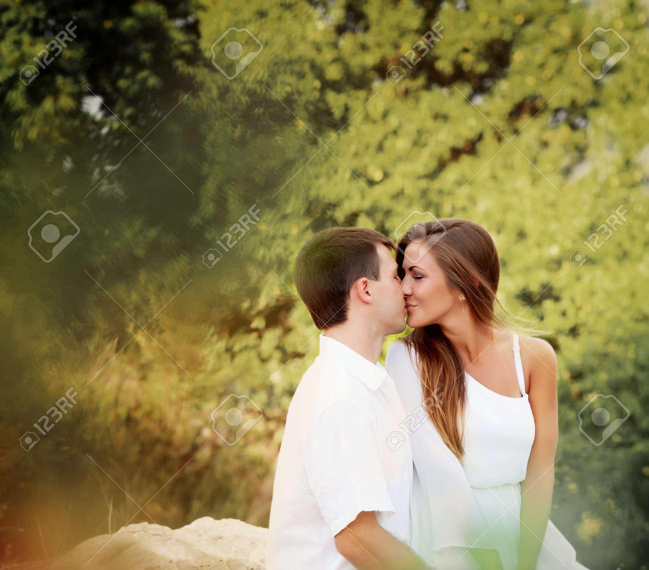 Image D Amoureux Qui S Embrasse deux amoureux qui s'embrassent dans la forêt banque d'images et