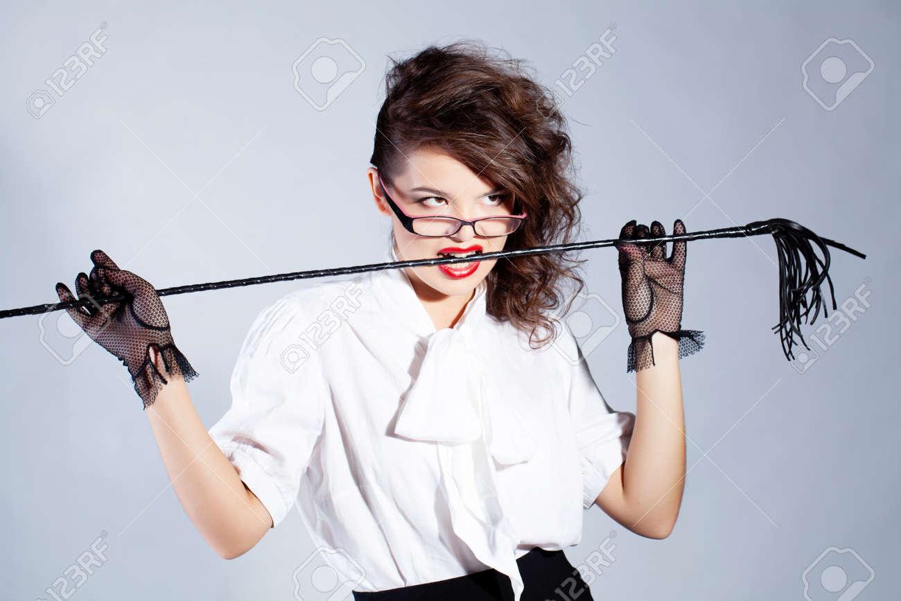 Брюнетка учитель в очках