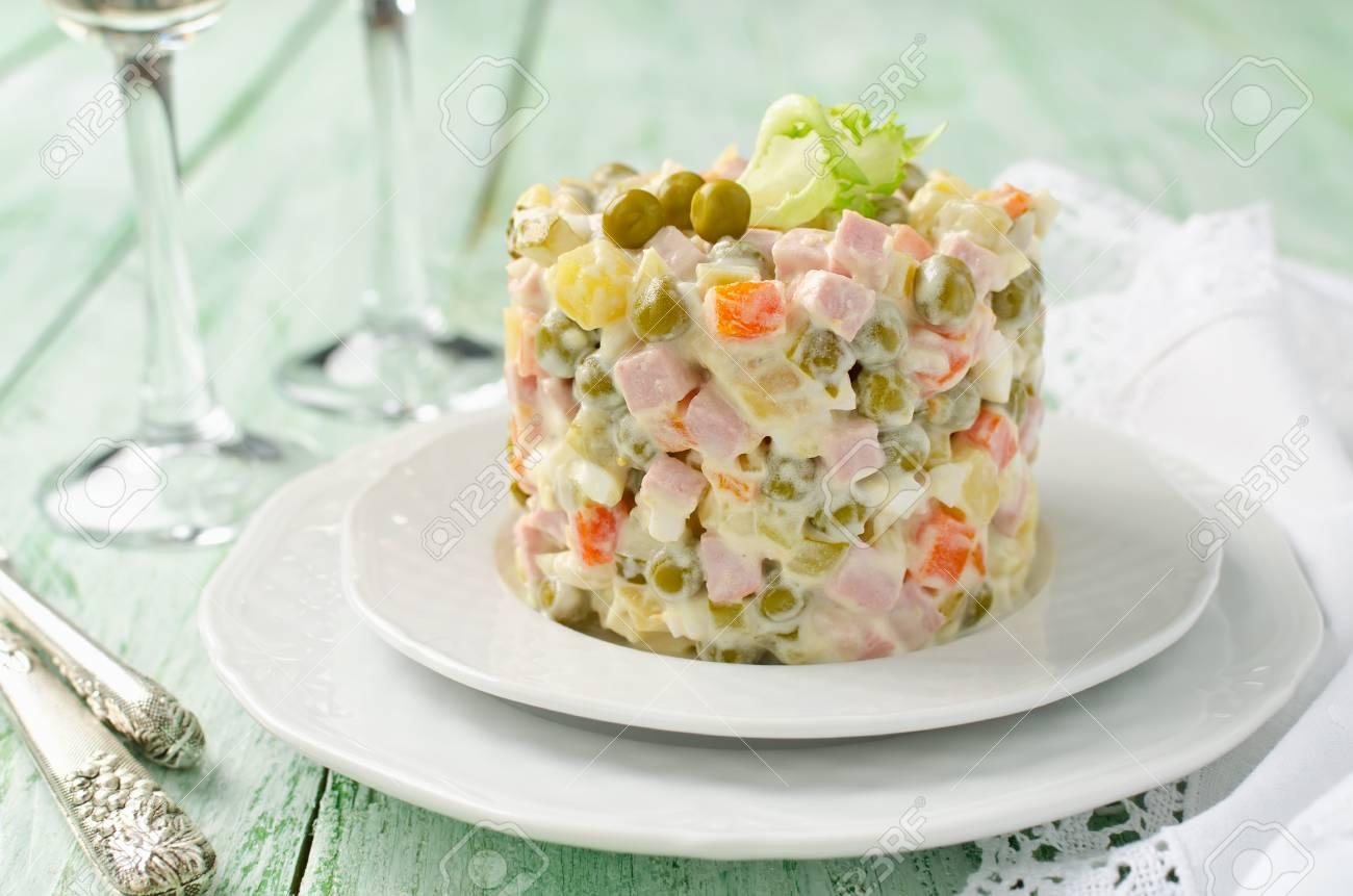 Russische Traditionelle Salat Olivier Mit Gemüse Und Fleisch. Winter ...