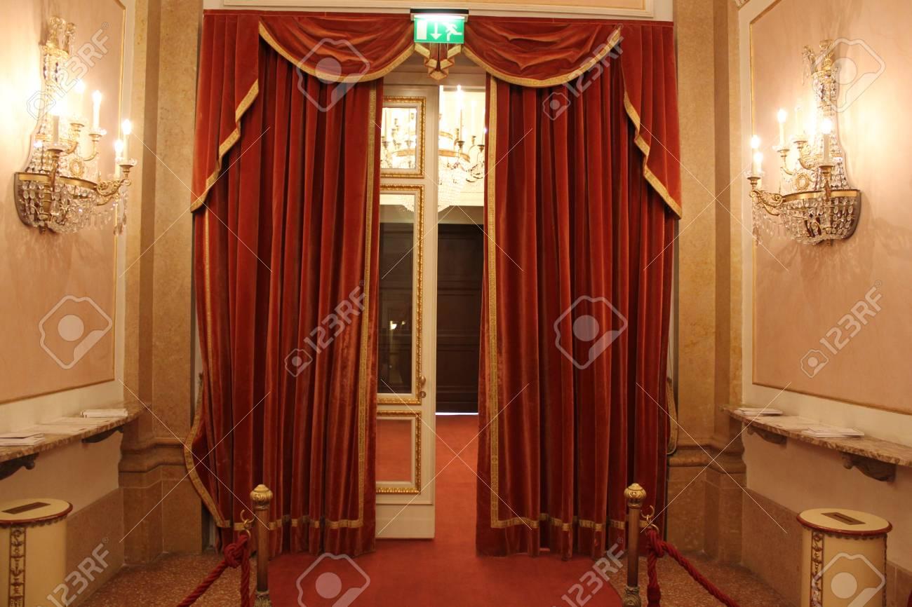 stockfoto veneti itali binnenland van het theater la fenice entree rood gordijn