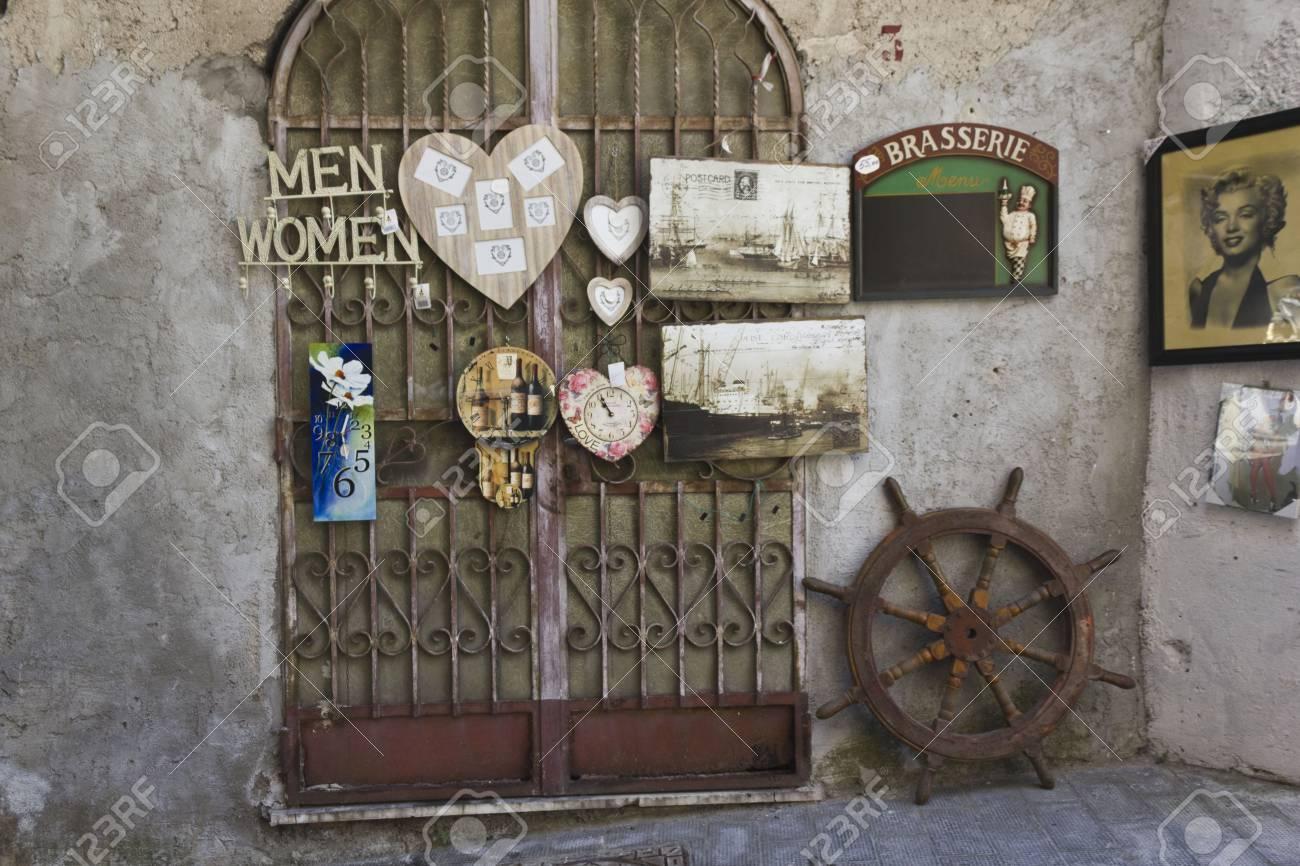 amalfi, italie: boutique vintage à amalfi, avec style rétro vieux