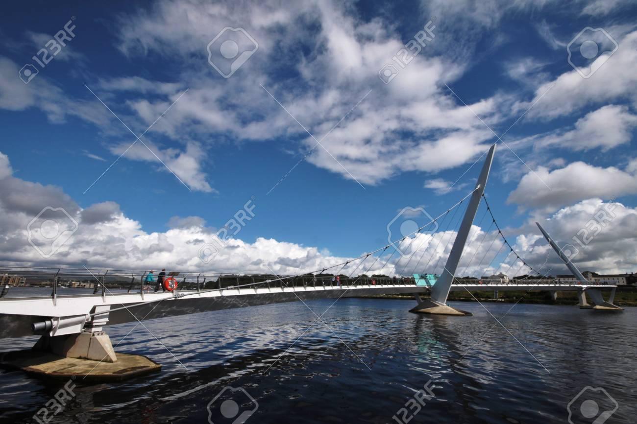 ロンドン デリー、北アイルランドの平和橋 の写真素材・画像素材 Image ...