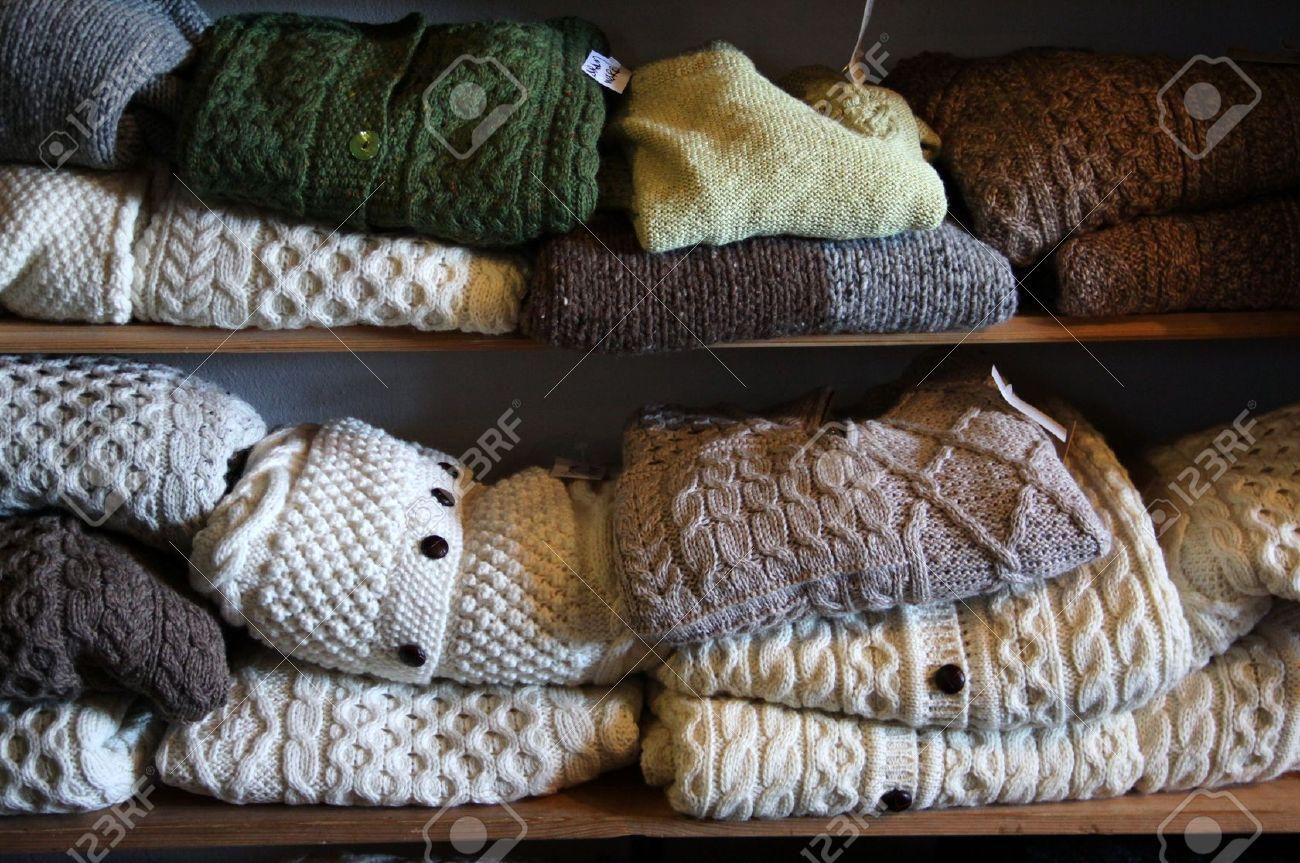 Colores Naturales Suéteres De Lana Pura En Una Tienda En Inisheer ...