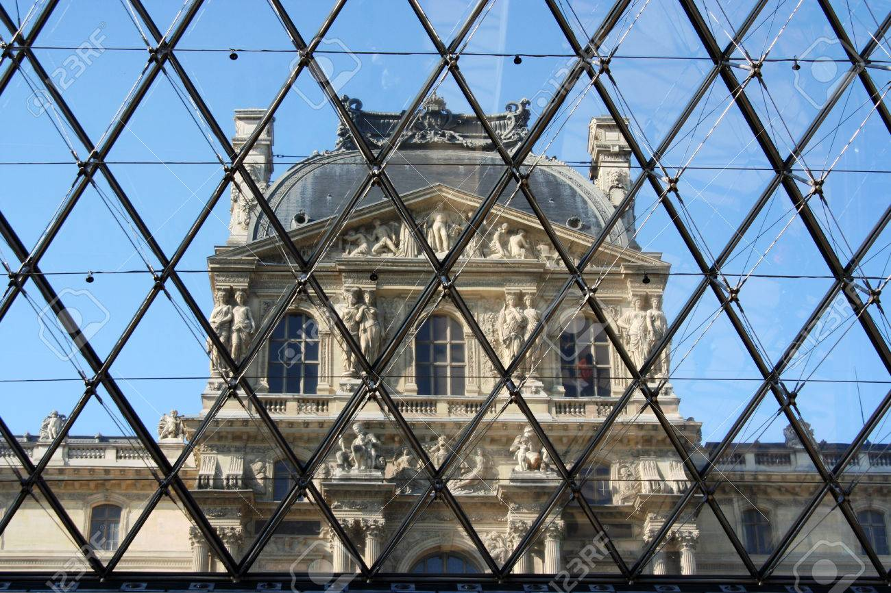 https://previews.123rf.com/images/gretalorenz/gretalorenz1312/gretalorenz131200064/24619770-l-int%C3%A9rieur-de-la-pyramide-du-louvre.jpg