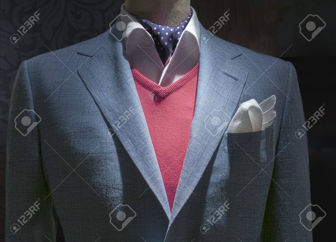 Gros Plan D Une Veste Legere A Carreaux Bleu Avec Pull Over Rouge