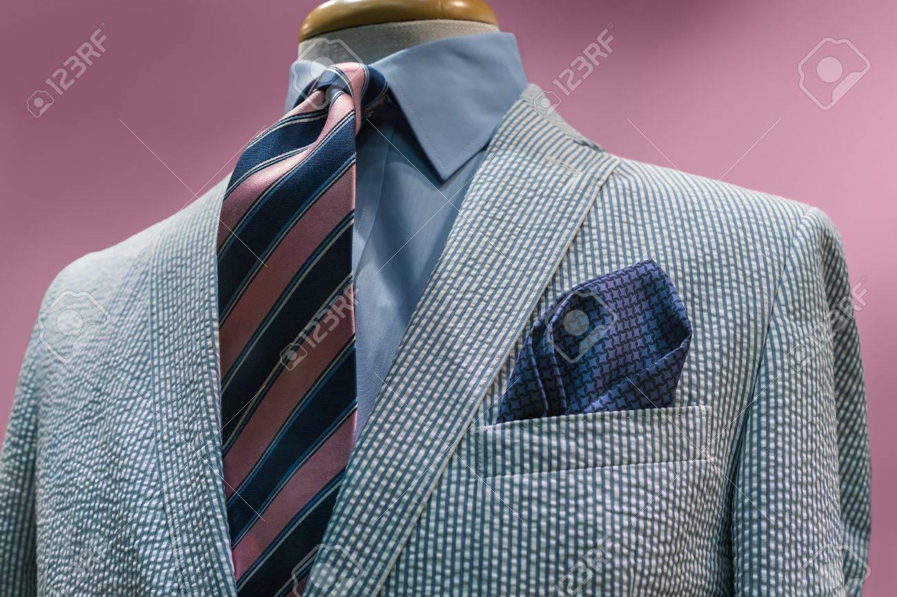 mieux choisir vente à bas prix Conception innovante Gros plan sur une veste blanche rayée bleu avec chemise bleue, cravate rose  rayé bleu sur rose Chemin de détourage de fond inclus