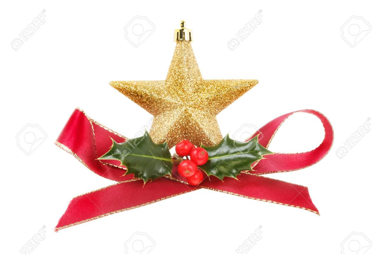 Kerstdecoraties Met Rood : Kerstdecoratie rood lint gouden ster en hulst met bessen