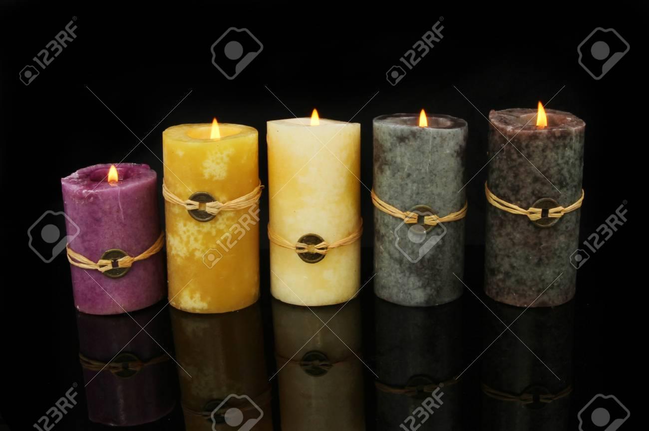 Feng Shui Kaarsen.Group Of Burning Five Feng Shui Candles Representing Metal Earth
