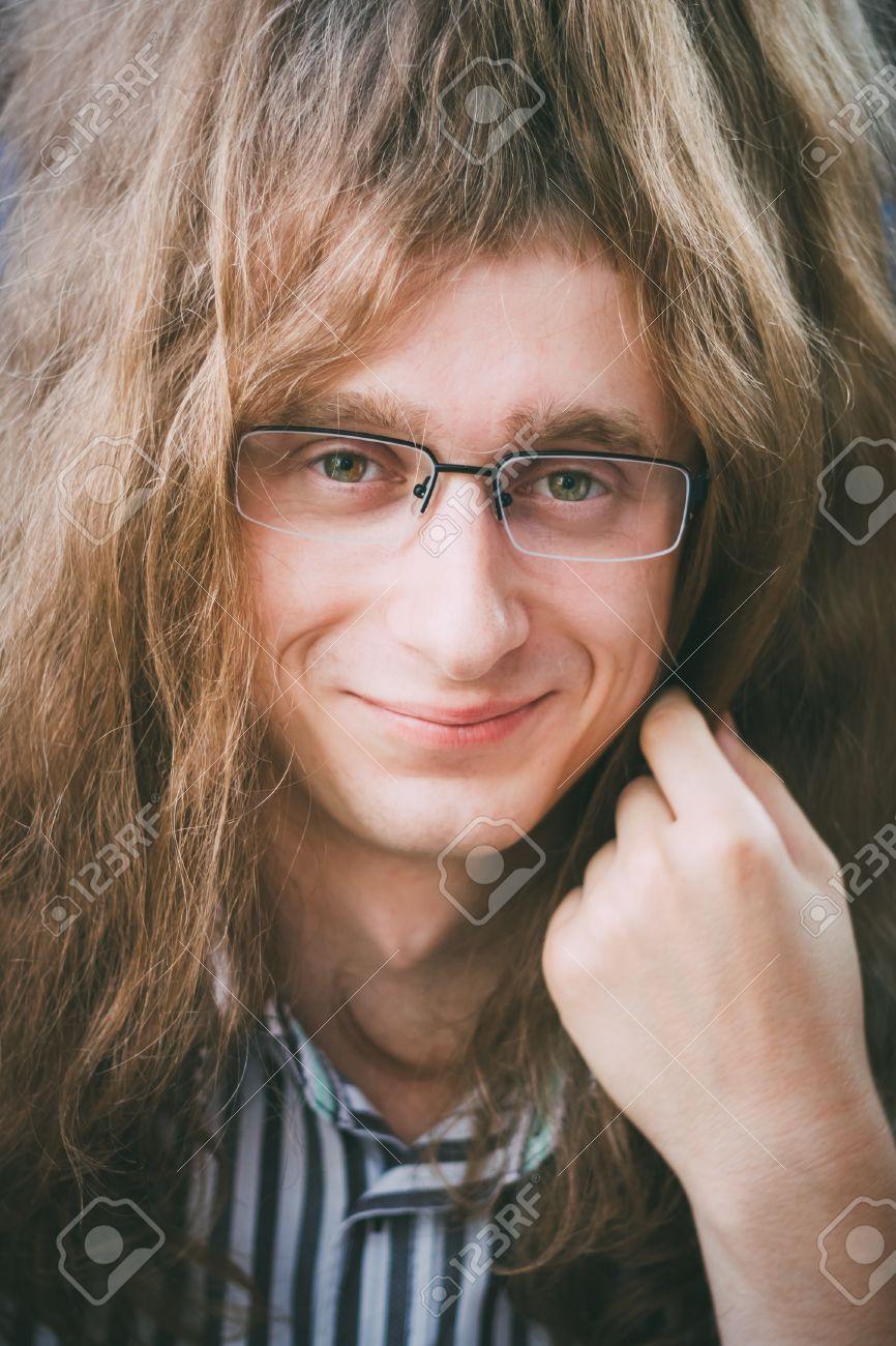 Portrait Of Young Man Hippie Hippie Mann Mit Brille Und Lange Haare